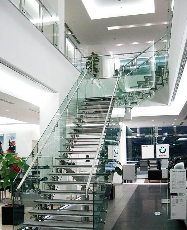 Стъклени стълбища със скулптурен дизайн